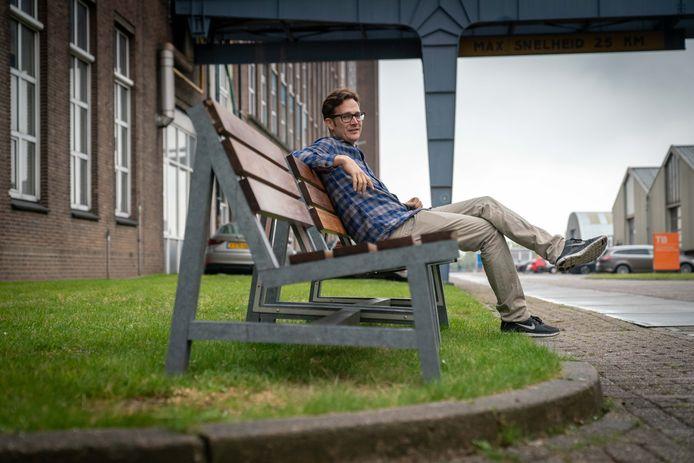 Wouter Groendijk van Apetrots, de ontwerper van de duurzame bankjes.