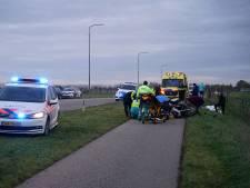 Kind en agent zwaargewond; politiemotor rijdt tegen verkeer in en botst op fietsers