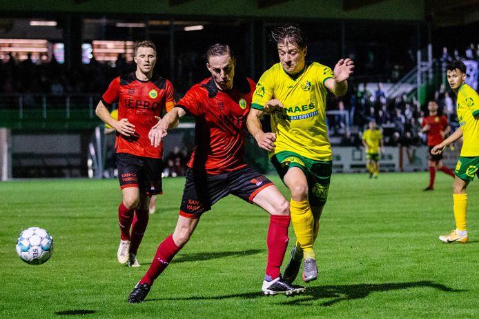 Een beeld uit het Kempische duel van zaterdagavond waarin Olivier Schops (KVC Lille United) in duel gaat met Jorne Van Genechten (r.) van Witgoor Sport.