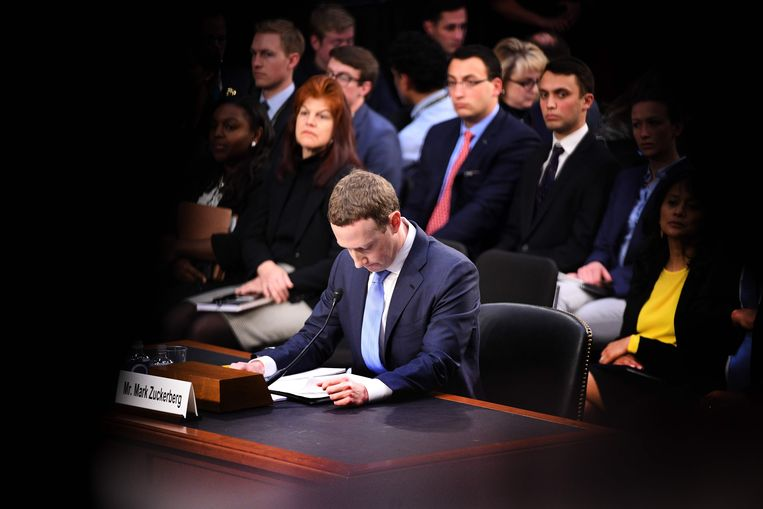 Oprichter en bestuursvoorzitter van Facebook Mark Zuckerberg getuigt op 10 april in de Amerikaanse senaat. Beeld AFP PHOTO / JIM WATSON