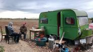 Man leeft al maanden in vervallen caravan na ruzie met broer: buurt hoopt op snelle oplossing