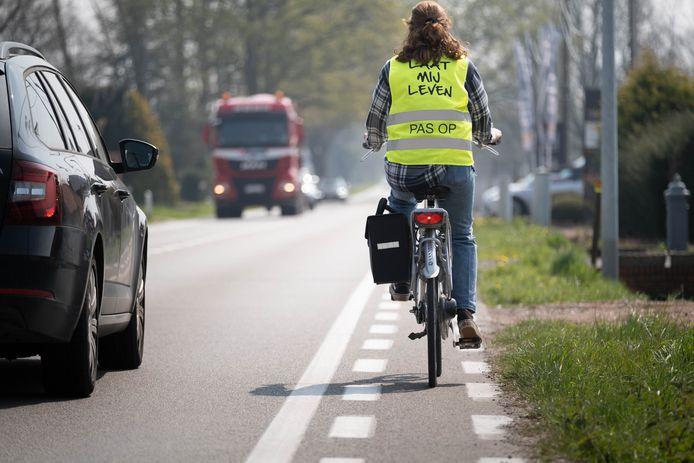 Laura van den Hoek klaagt het te smalle fietspad langs de N10 aan.