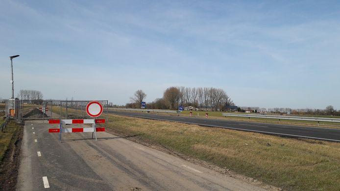 De parallelweg van de N61 met ernaast de twee hoofdrijbanen van de N61 bij Schoondijke op de plek waar de ondergrond instabiel is geworden.