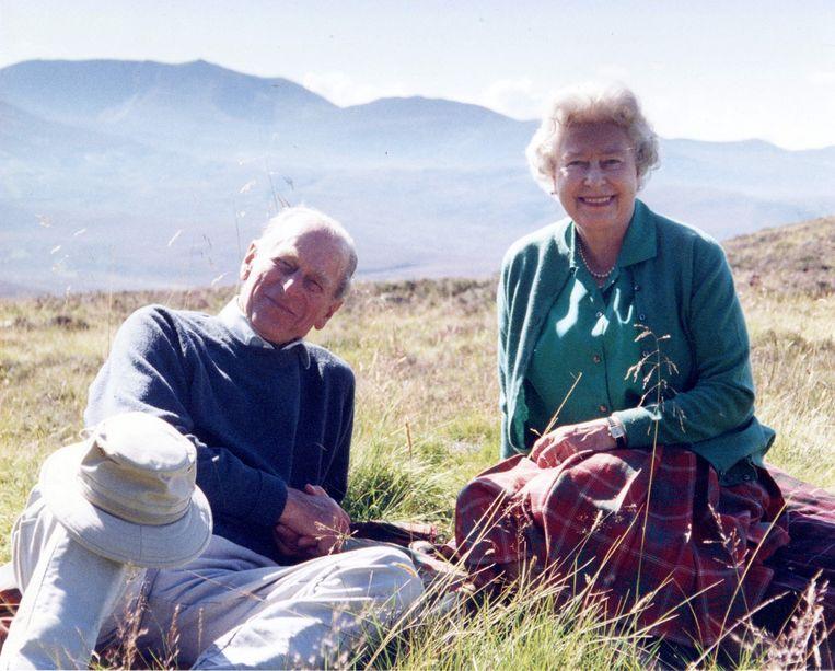 Op de dag voor de uitvaart gaf Buckingham Palace enkele foto's uit de oude doos vrij. Deze foto van prins Philip en koningin Elisabeth in het Cairngorms National Park in Schotland komt uit 2003.  Beeld AFP