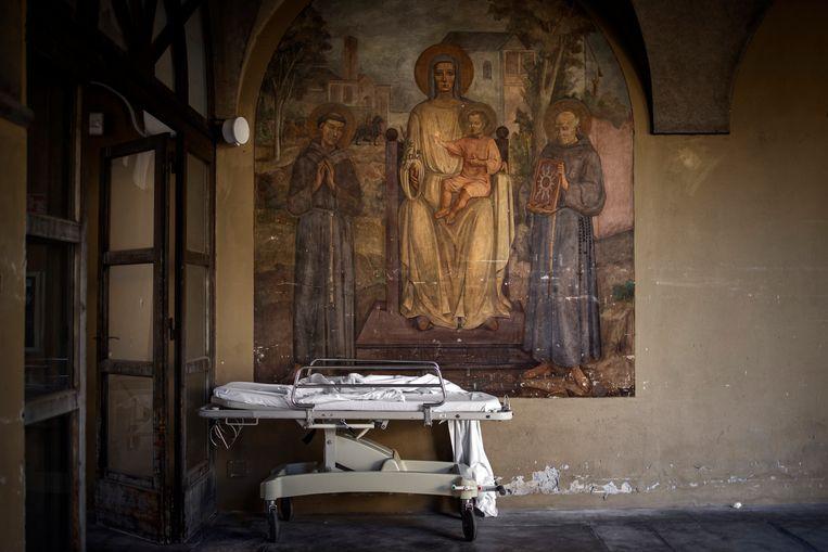 Een brancard op de binnenplaats van het Ospedale Pesenti Fenaroli. Beeld NYT/FABIO BUCCIARELLI