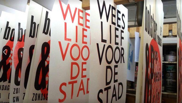 De poster is er in twee edities: een gedrukte versie en een gekopieerde - gratis - versie. Beeld Corine Elemans