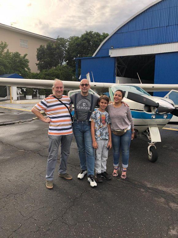 Vlnr: Willy Struyf (70), zijn zoon Bart (46) die het vliegtuigje bestuurde, kleinzoon Marcel (11) en schoondochter Alejandra (27), vlak voor het opstijgen.