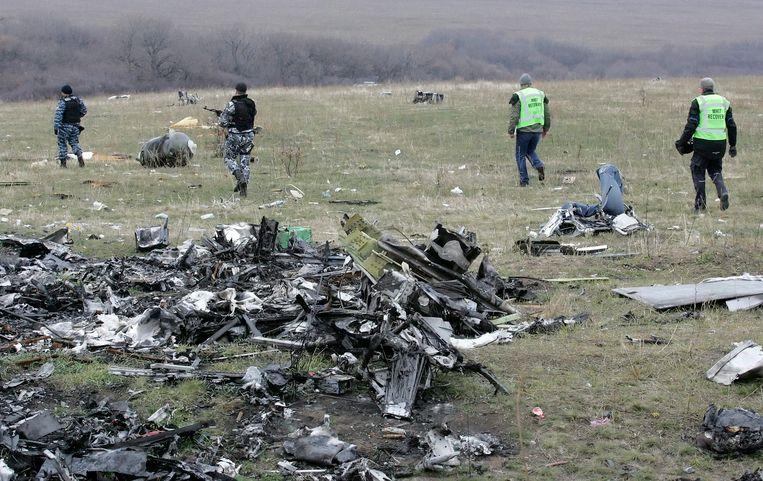 Pro-Russische rebellen houden de wacht bij wrakstukken van de MH17. Beeld EPA
