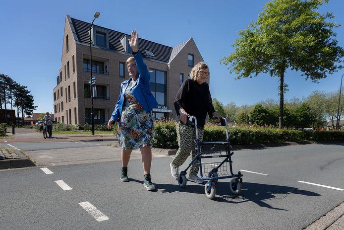 Mien Wouters helpt vanuit Wooncentrum De Ark hulpbehoevende mensen met oversteken van de Wilhelminalaan naar de Markt.