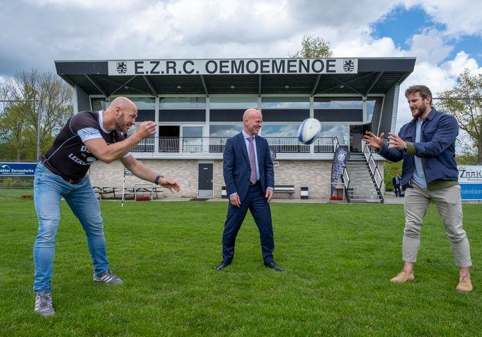 Staatssecretaris Raymond Knops (midden) was maandag in Middelburg bij de bekendmaking van een nieuw project om jongeren met een grote afstand tot de arbeidsmarkt klaar te stomen voor werk: De Harde Leerschool. Ray Klaassens (links) is ambassadeur van het project en een oude legermaat van Knops. Rugby'er Dirk Danen geeft trainingen bij De Harde Leerschool.