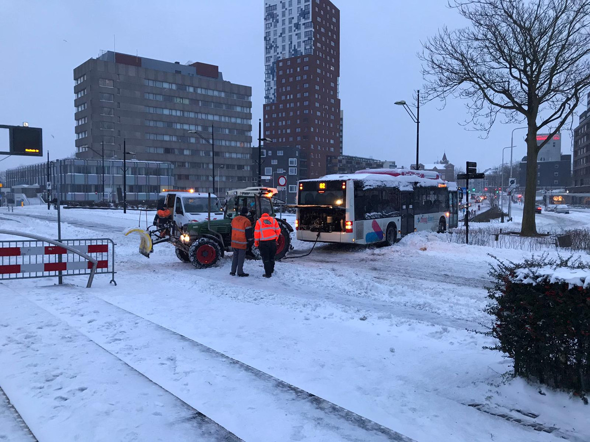 Een bus reed zich op 8 februari vast in de sneeuw nabij station Nijmegen Centraal.
