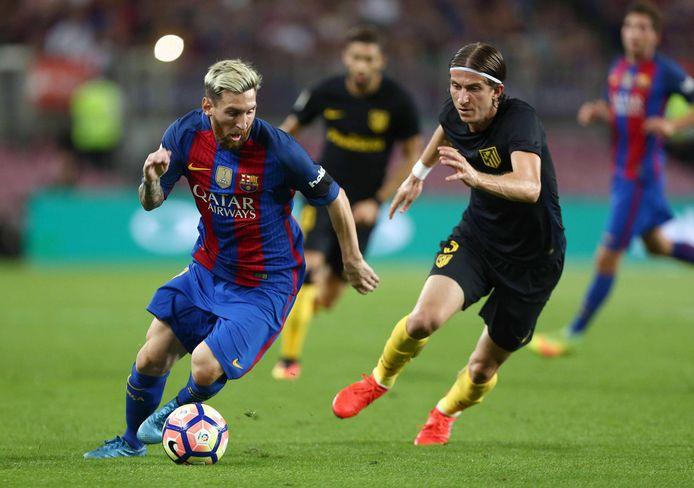 Filipe Luis in actie tegen Lionel Messi.