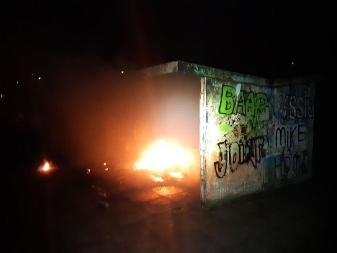 Brand bij een hangplek in Strijen.