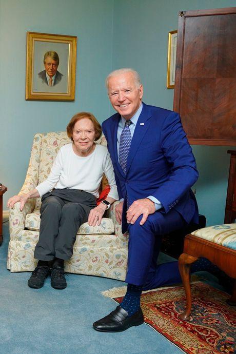 Un effet d'optique amusant sur une photo montre des Biden géants et des Carter minuscules