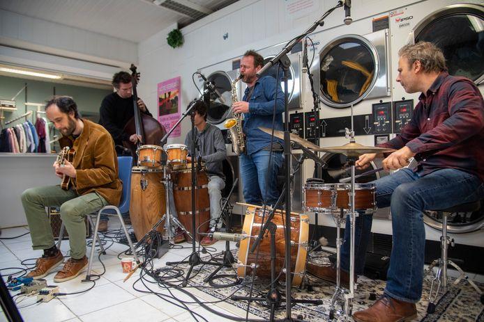 Het Bruno Vansina Quintet nam één van haar clips op in wassalon Super Shop in Wetteren.