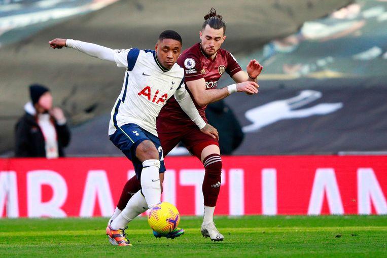 Tottenham Hotspurs middenvelder Steven Bergwijn (links) in duel met Leeds Uniteds middenvelder Jack Harrison (rechts). Beeld AFP
