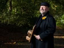 Hellendoornse klepperderk Wim Hofman (68) stopt na 10 jaar: 'Het was een eer om de rol van dorpsomroeper te mogen vervullen'