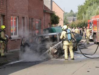 Wagen gaat in vlammen op in Gebroeders Van Raemdonckstraat, twee woningen lopen schade op