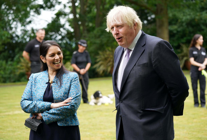 De regering van Johnson verschuilt zich achter de coronapandemie om discutabel handelen te verdedigen. Op de foto Johnson met minister Priti Patel van Binnenlandse Zaken. Beeld REUTERS