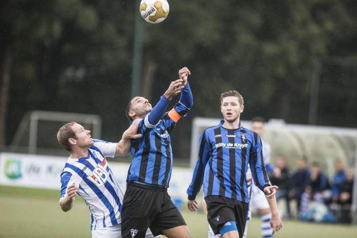 Mohamed El Moussaoui (midden) in actie voor Wodan tegen FC Eindhoven AV.