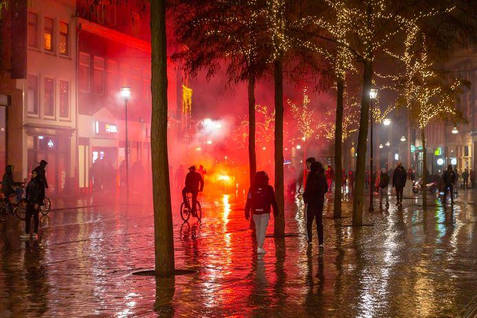 Demonstranten staken maandagavond veel vuurwerk af op de Melkmarkt.