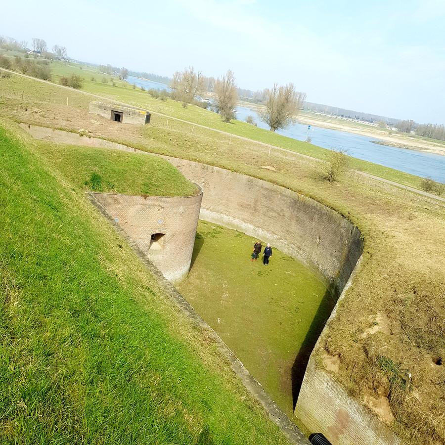 De gracht van Fort Pannerden, met op de achtergrond de Waal.