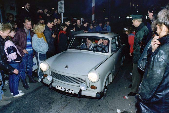 Een Trabant gaat de grens over na het vallen van De Muur tussen Oost- en West-Duitsland in 1989.