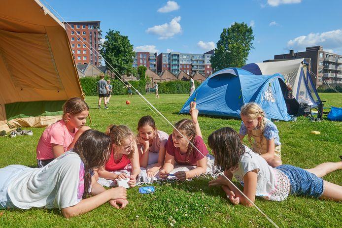 Op het TBL te Oss hebben leerlingen tussen groep 8 en de 1e klas middelbare school deelgenomen aan het Titus Tussenjaar. Ze kamperen op het TBL- terrein.