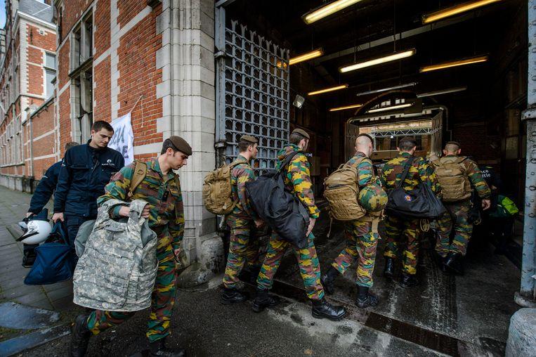 Militairen en agenten kwamen gisteren aan in de gevangenis van Vorst. Beeld Photo News