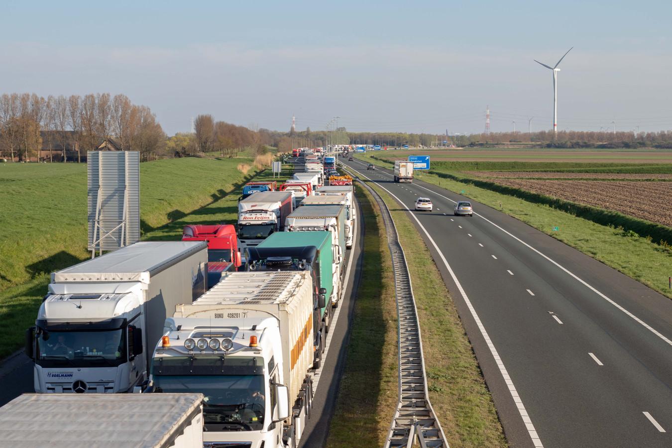 Drie vrachtwagens zijn vrijdagmiddag op elkaar gebotst op de A58 bij Breda.