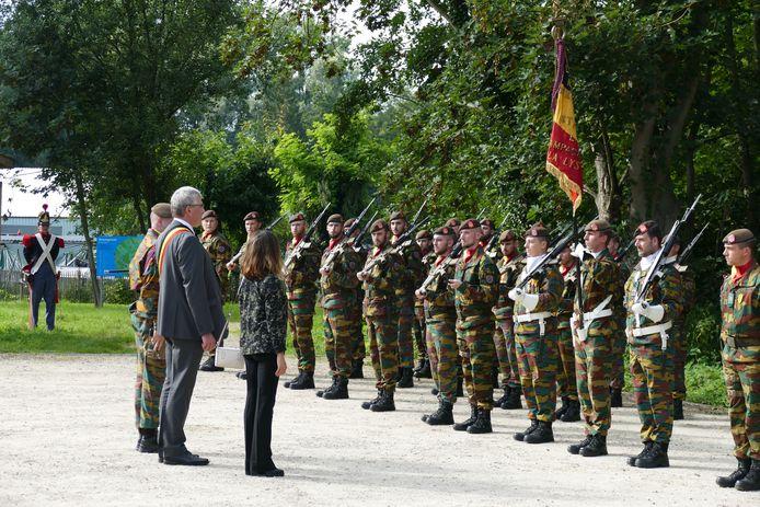Het schouwen van de troepen door de Nederlands plaatsvervangend ambassadeur Arakelian en burgemeester Chris Vervliet.