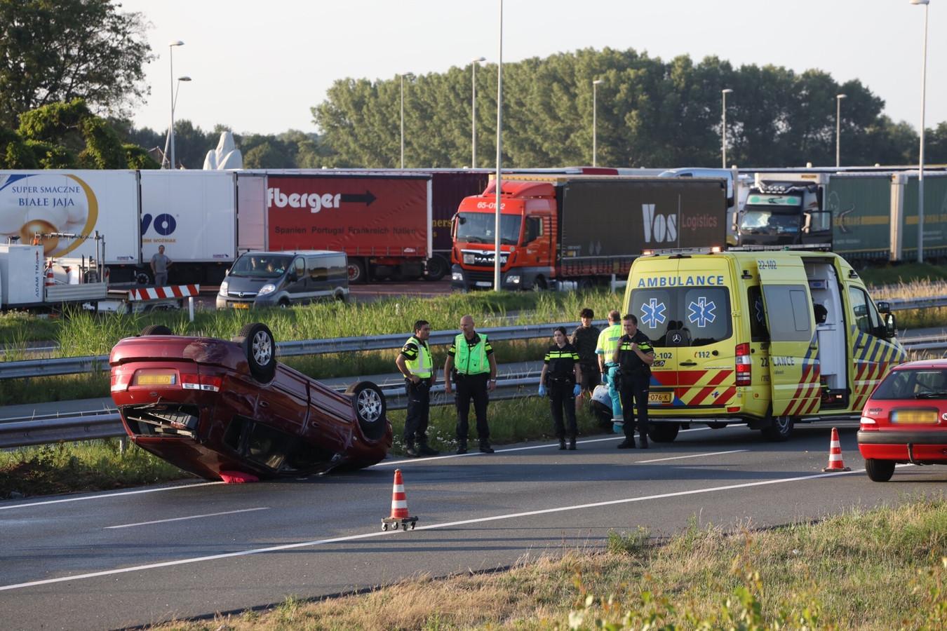 Auto op de kop op A50 tussen Son en Breugel en Sint-Oedenrode