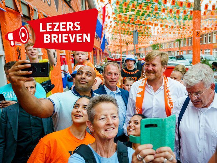 Koning Willem Alexander brengt een bezoek aan de Marktweg, die de prijs won als 'de Mooiste Oranjestraat van Nederland' naar aanleiding van een campagne om straten te versieren voor het EK voetbal.