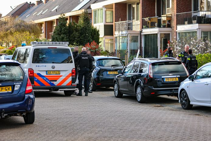 De politie en het Team Parate Eenheid (TPE) zijn donderdagavond een woning aan de Lijsterlaan in de Maassluise Vogelbuurt binnengevallen.