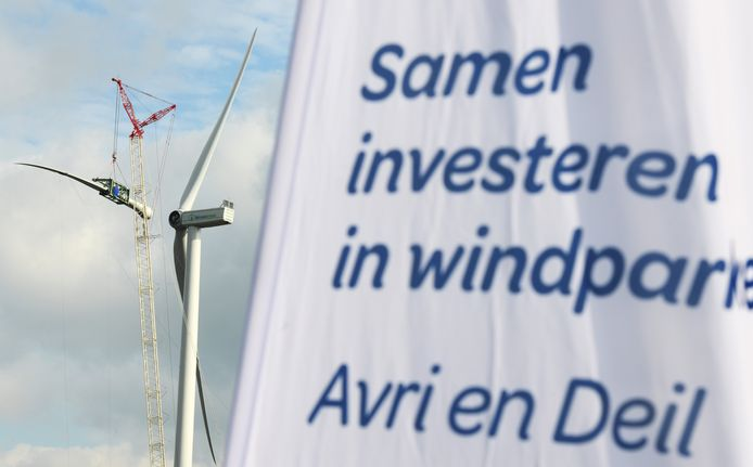 De bouw van een van de windmolens op het Avri-terrein in Geldermalsen.