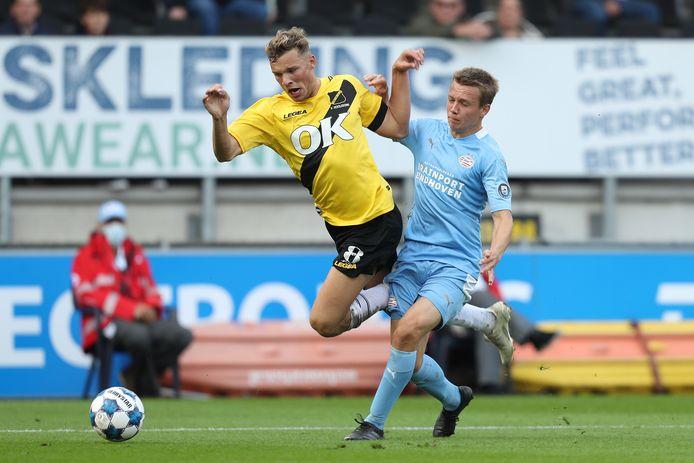 Sydney van Hooijdonk en Mathias Kjølø vechten om de bal, in het Rat Verlegh Stadion eerder dit seizoen.