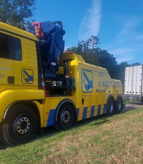 Trucker beleeft nachtmerrie; hij rijdt zich volledig vast, richt schade aan en incasseert meerdere boetes