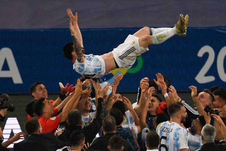 Zijn teamgenoten gooien Lionel Messi in de lucht na de overwinning van het Argentijnse team. Beeld AFP