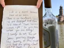Pontvaarder in Deventer verrast door mysterieuze flessenpost: wie is Mandy?