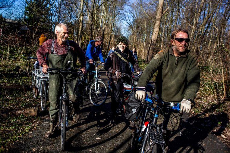 Stadsecoloog Fred Haaijen (l) en ijsvogelcoördinator Jan Jongejans onderweg naar het Vliegenbos tijdens de IJsvogelwerkdag. Beeld Lin Woldendorp