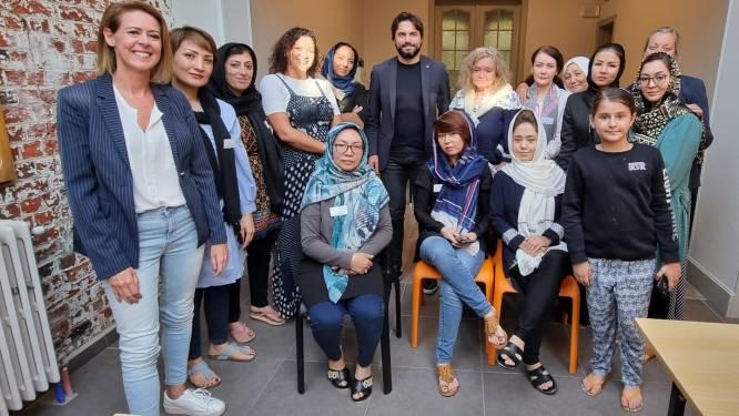 """MR-voorzitter Georges-Louis Bouchez bezoekt Afghaanse vrouwen in Ieper: """"Ik wil hun verhaal horen en hen helpen"""""""