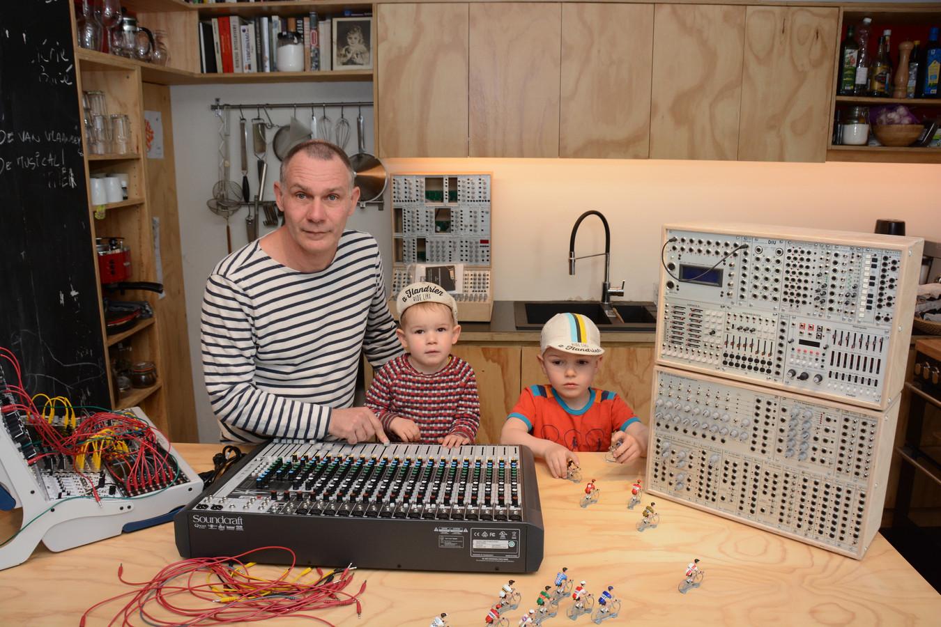 Koen Roggen met zijn kinderen Ramses (2) en César (5) in de 'Sound-Kitchen' van hun woning.