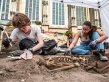 Skeletten komen in Deventer 'tot leven' bij opgravingen Grote Kerkhof