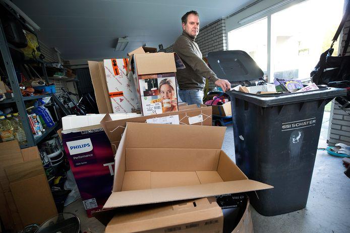 Duiven zamelt vanwege corona het oud papier tijdelijk niet meer in, maar Frank van Loon (foto) kan geen doos meer kwijt.