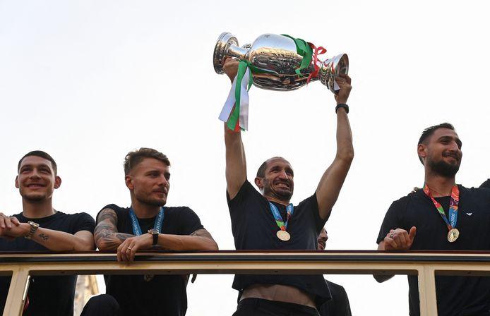 Giorgio Chiellini savoure un bain de foule de dernière minute, juché avec ses coéquipiers sur un bus à impériale à Rome, ce 12 juillet.