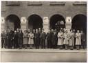 Collectanten voor Winterhulp bij de Vijf Bogen, het toenmalige gemeentehuis van Goirle. Midden op de voorste rij (zonder hoed): Jan-Karel Sindorff.