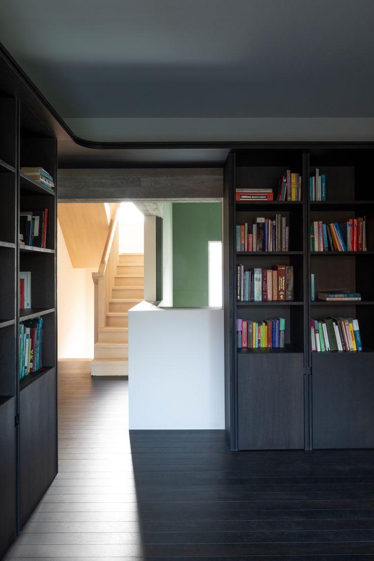 De bibliotheek is - net als de keuken - gemaakt van gerookte eik. Beeld Faye pynaert