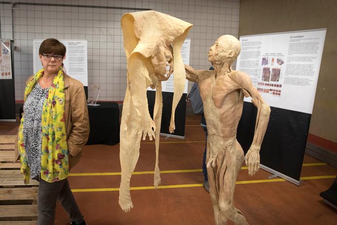 Bezoekers bekijken een van de opgezette lichamen.