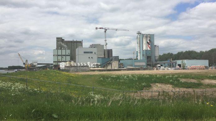 De hijskraan op het terrein van Feedvalid maakt duidelijk dat er hard wordt gewerkt aan de nieuwe fabriek.