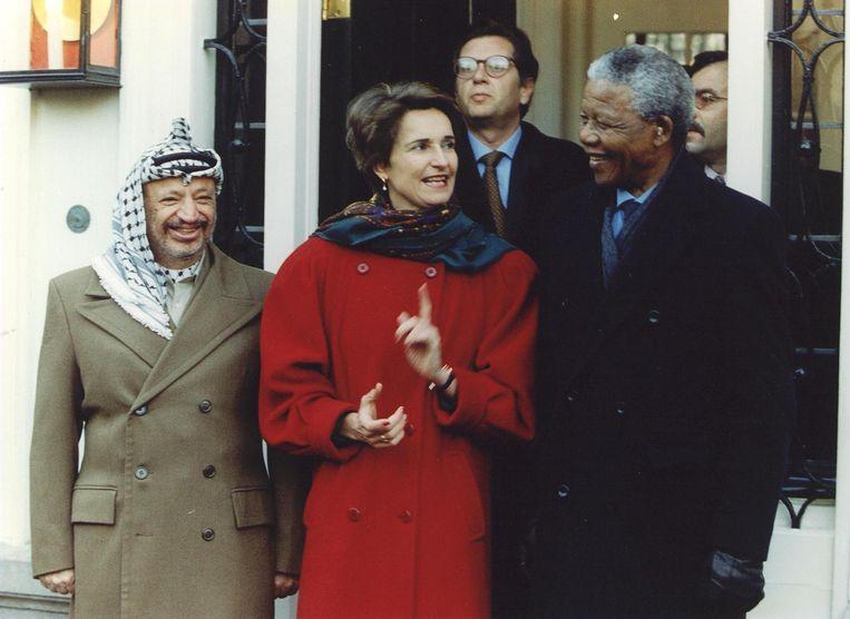 Nelson Mandela en Yasser Arafat bij een werkontbijt in het Catshuis, onder begeleiding van Yvonne van Rooy, toenmalig staatssecretaris van Economische Zaken, in 1994. Beeld anp